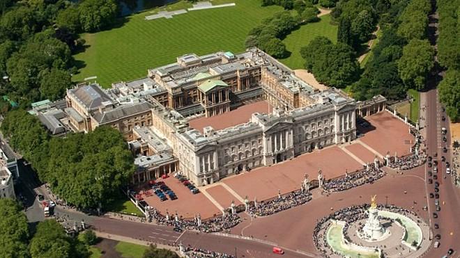 Nam thanh niên Trung Quốc bị bắt giữ tại Cung điện Buckingham vì có âm mưu ám sát nữ hoàng. Ảnh: Dailymail