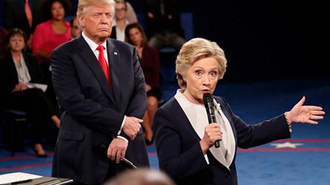 Hai ứng viên tổng thống Mỹ tại cuộc tranh luận trực tiếp thứ hai hôm 10/10. Ảnh: AP