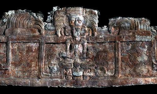 Hình quét 3D dải trang trí hình một vị vua đứng giữa những con rắn. Ảnh: Picasa.
