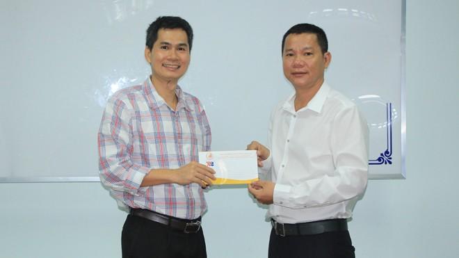 Doanh nhân Nguyễn Ngọc Lang, TGĐ Cty Mỹ phẩm Đăng Dương gửi báo Tiền Phong 20 triệu đồng để thực hiện hoạt động cứu trợ bà con vùng lũ