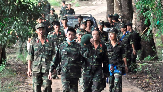 Lực lượng quân đội được điều động để đưa thi thể các phi công xuống chùa Kim Liên. Ảnh Việt Văn