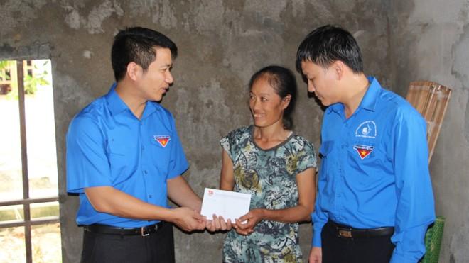 Đồng chí Nguyễn Ngọc Lương trao tặng 20 suất quà trị giá 20 triệu đồng cho đại diện các gia đình khó khăn bị thiệt hại do mưa lũ trên địa bàn xã Hưng Trung.