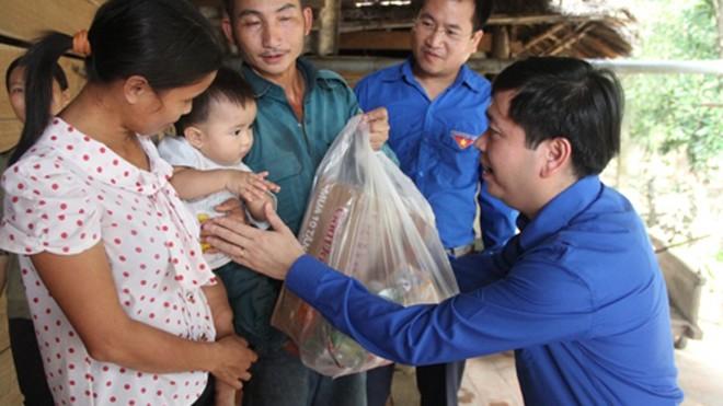 Bí thư T.Ư Đoàn Nguyễn Long Hải thăm hỏi, trao quà cho hộ gia đình anh Đặng Văn Hạnh, xóm 5 Hòa Hải, Hương Khê chịu thiệt hại nặng trong mưa lũ.