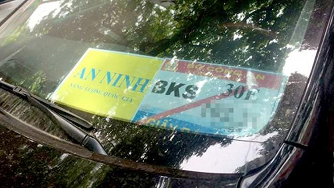 Nhiều xe cá nhân để phù hiệu của Bộ Công an bị cảnh sát giao thông Hà Nội xử lý. Ảnh: Sơn Dương