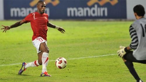 Solossa bắt đầu chơi cho đội tuyển Indonesia từ năm 2004.