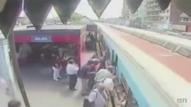 Bé gái thoát chết kỳ diệu trước tàu hỏa