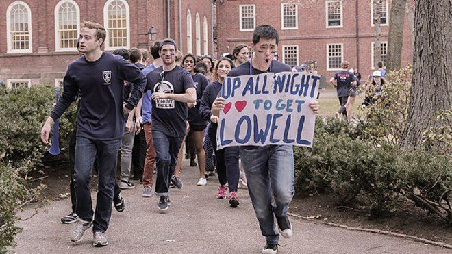 Sinh viên ĐH Harvard trong một ngày hội (Ảnh Shraddha Gupta)