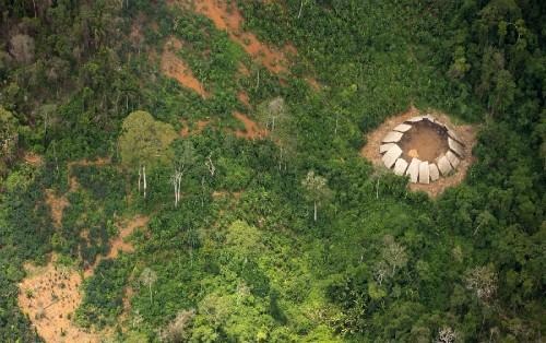 Những ngôi nhà được xây dựng theo một vòng tròn lớn có tên shabono hay yano. Ảnh: Guilherme Gnipper Trevisan/Hutukara.