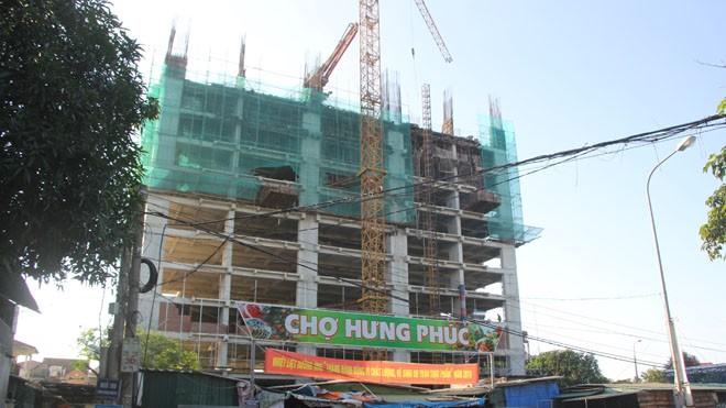 Công trình chung cư cao cấp bị UBND thành phố Vinh đình chỉ niêm phong tại chỗ vì làm toác hàng chục nhà dân. ảnh Việt Hương