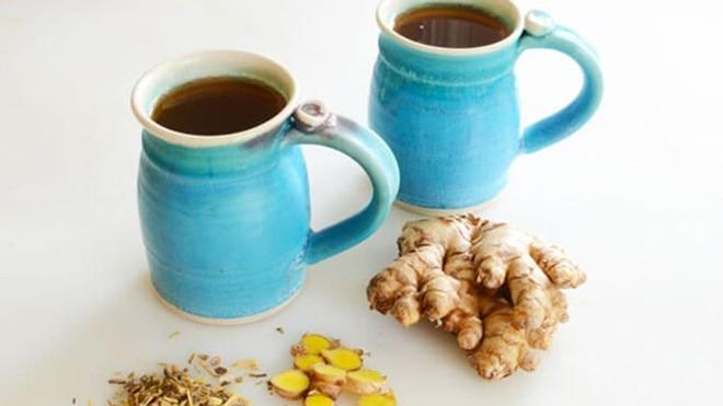 Hãy bổ sung ngay một cốc trà gừng cam thảo nóng cho mùa lạnh. Ảnh: Elanaspantry .