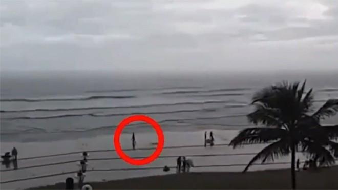 Người phụ nữ bị sét đánh trúng đầu trên bãi biển