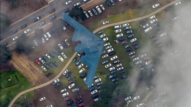 Chiếc B-2 đang bay tới sân vận động. Ảnh: Aviationist.