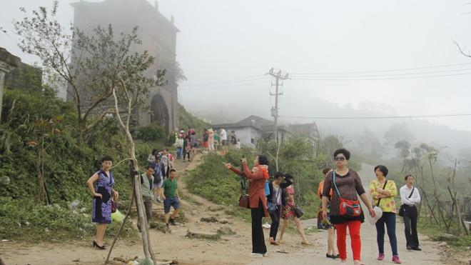 Khách du lịch tham quan trên đèo Hải Vân. Ảnh: Thanh Trần.