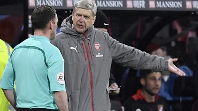 HLV Wenger không hài lòng với trọng tài điều khiển trận đấu giữa Arsenal và Bournemouth. Ảnh: Reuters.