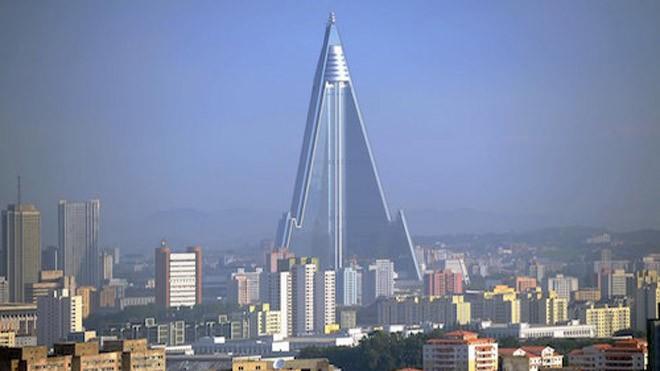 Khách sạn Ryugyong cao 105 tầng với 3.000 phòng. Ảnh: Daily Beast.
