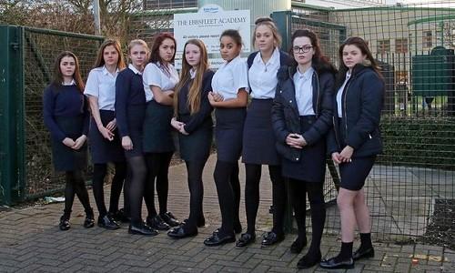 Một nhóm nữ sinh ở Học viện Ebbsfleet bị từ chối cho vào trường vì vi phạm quy định đồng phục.