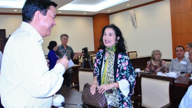 Bí thư Thành ủy TP.HCM Đinh La Thăng trò chuyện với  NSND Trà Giang tại buổi lãnh đạo thành phố gặp gỡ văn nghệ sĩ chiều 5-1