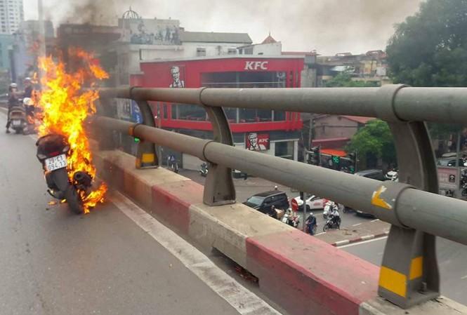 Chiếc xe máy bốc cháy ngùn ngụt trên cầu vượt