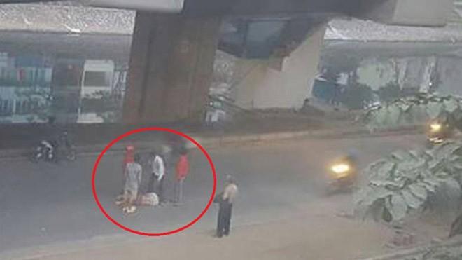 Người đàn ông rơi từ nhà ga đường sắt trên cao xuống nền đường trong sáng nay (6/1). - Ảnh: Nguyen Hong Hai