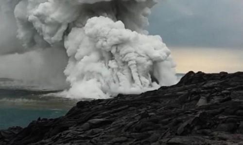 Khói bốc lên từ vách núi đá nứt vỡ ở Hawaii. Ảnh: YouTube.