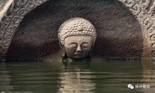Phần đầu bức tượng Phật nổi trên mặt hồ chứa nước ở tỉnh Giang Tây, Trung Quốc. Ảnh: Wechat.