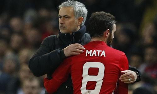Mourinho không hài lòng với màn vui mừng của các học trò sau khi Mata ghi bàn. Ảnh: Reuters.