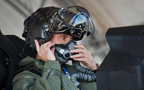 Phi công F-35 đội mũ bảo hiểm. Ảnh: Business Insider.