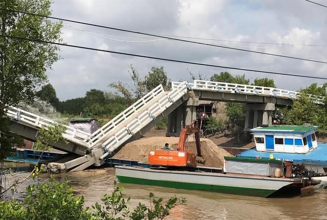 Cầu bị sà lan tông sập.