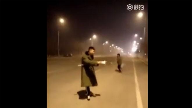 Hai thanh niên Trung Quốc bắn nhau bằng pháo hoa