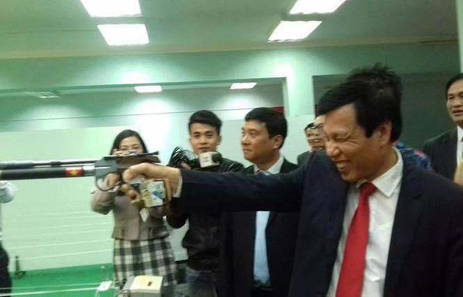 Bộ trưởng thử tài bắn súng, Hoàng Xuân Vinh tròn mắt