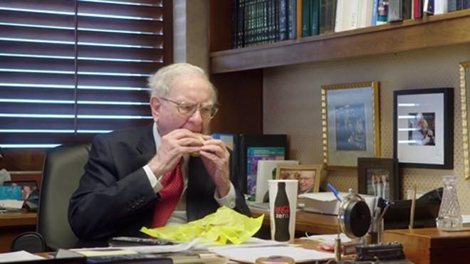Warren Buffett thường ăn đồ ăn nhanh vào bữa sáng. Ảnh: HBO