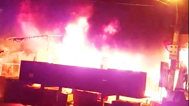 Hiện trường vụ cháy; 11 ki ốt và 47 sạp hàng bị thiêu rụi