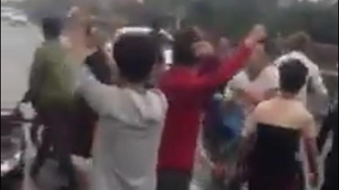 Nhóm thanh niên say rượu nhảy giữa quốc lộ