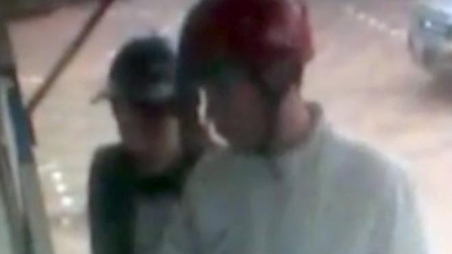 Đôi nam nữ bị cho là đã rút tiền trong thẻ ATM của vợ anh Giang. Ảnh cắt từ clip.