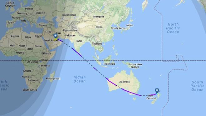 Đường bay của chuyến bay mang số hiệu QR920 từ Doha tới Auckland. Ảnh: Inverse.