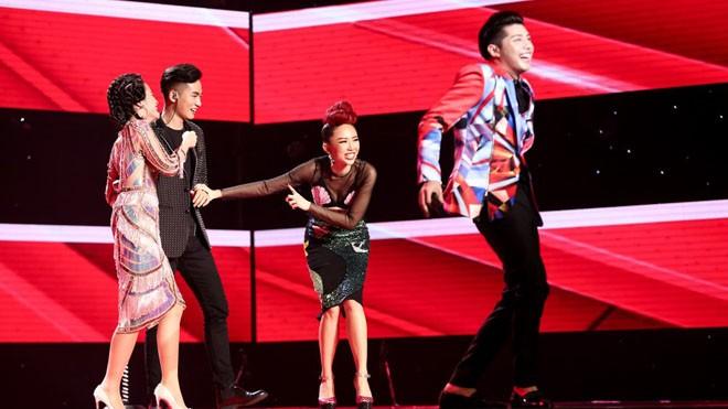 """HLV kéo nhau lên sân khấu """"ăn vạ"""" thí sinh?! Ảnh: Windy"""
