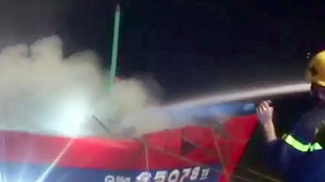 Tàu cá chứa 30.000 lít dầu bốc cháy trong đêm. Ảnh: Quảng Lâm.