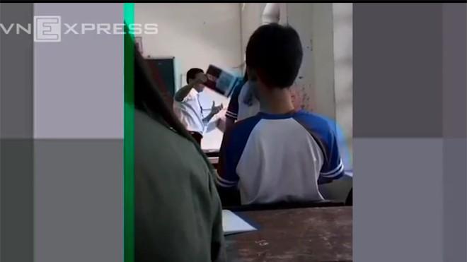 Thầy giáo và nữ sinh đánh nhau trong lớp học