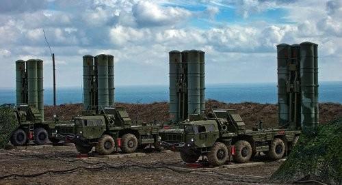 Các xe phóng của tổ hợp S-400 được Nga triển khai tại Crimea. Ảnh: Sputnik.