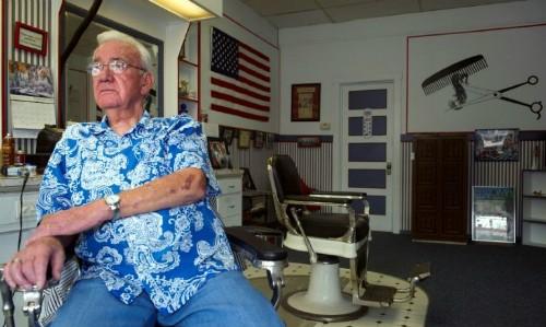 Gene Smallwood, chủ một tiệm hớt tóc ở Eaton Ảnh: AFP