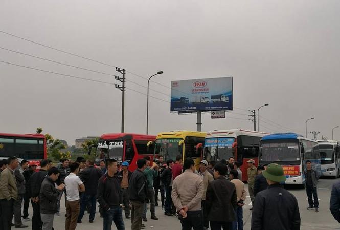 Gần 50 xe khách rồng rắn trên cao tốc phản đối lệnh chuyển bến