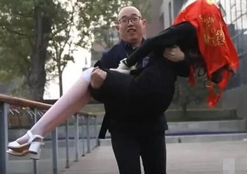 Zheng Jiajia bế cô dâu robot trong lễ cưới. Ảnh: Sina