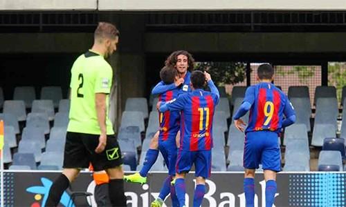 Theo Sadd, bốn đồng đội của anh ở Eldense (áo xanh) đã làm độ, trong trận thua Barca B. Ảnh: DS.