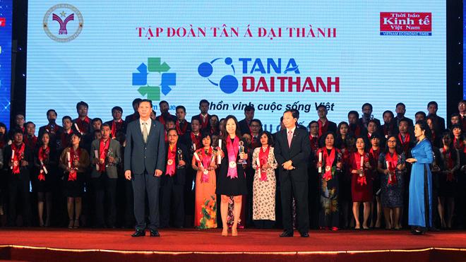 Đại diện Tập đoàn Tân Á Đại Thành nhận giải thưởng Thương hiệu mạnh 2016