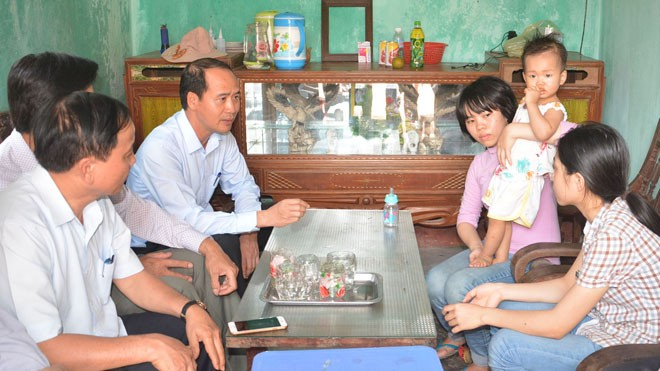 Cục trưởng Cục Bảo trợ xã hội thăm hỏi và trao quà của Thủ tướng cho Trần Thị Sáng và các em.