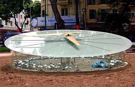 Chiếc đồng hồ khổng lồ bên Hồ Gươm thời điểm mới được lắp đặt, tháng 9/2010. (Ảnh: Tiến Nguyên)