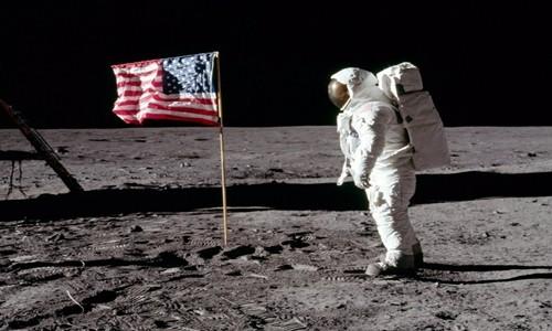Phi hành gia Buzz Aldrin đứng bên cạnh một lá cờ trên Mặt Trăng. Ảnh: NASA.