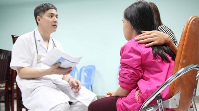 Một cháu bé hơn 7 tuổi được mẹ đưa đến để kiểm tra vì lo sợ con dậy thì sớm.