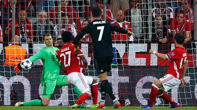 Neuer có ít nhất ba pha cứu thua xuất thần, giúp Bayern không bị Real đào sâu cách biệt tỷ số trong trận tứ kết lượt đi tại Munich. Ảnh: Reuters.