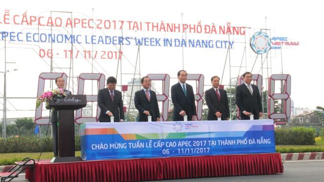 Chủ tịch nước Trần Đại Quang bấm nút khởi động đồng hồ đếm ngược Tuần lễ cấp cao APEC 2017. Ảnh: T.T.
